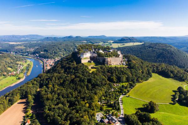 La Fortezza di Königstein dall'alto, la Valle dell'Elba e la Svizzera Sassone sullo sfondo. La Fortezza di Königstein dall'alto, la Valle dell'Elba e la Svizzera Sassone sullo sfondo.  © Frank Lochau